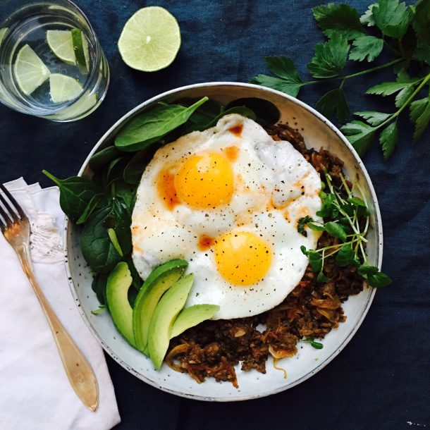 Healthy breakfast bowl that will keep you full until lunch. Low carb, LCHF and paleo --> MyCopenhagenKitchen.com