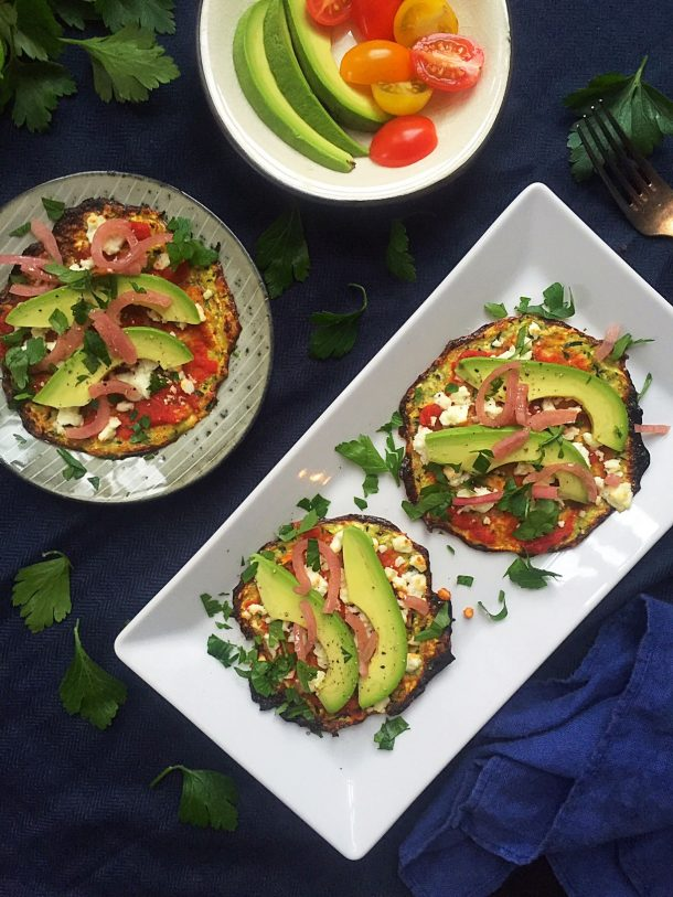 Green zucchini pizzas with avocado and feta cheese - low carb/LCHF vegetarian lunch. Recipe here: MyCopenhagenKitchen.com